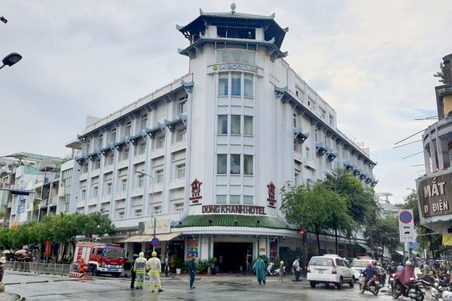 Đỉnh tháp khách sạn cháy ngùn ngụt trong cơn mưa - 2