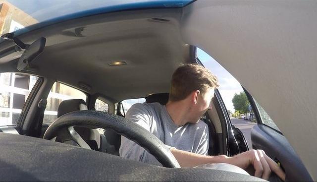 Mở cửa ô tô không quan sát, tài xế gây tai nạn liên hoàn - 1