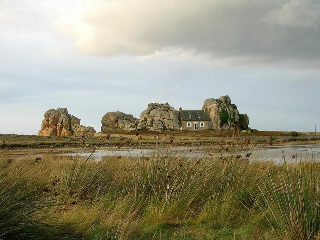 Ngôi nhà nằm 1 cách kỳ lạ giữa hai tảng đá lớn giữa biển - 1