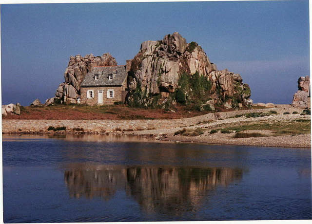 Ngôi nhà nằm 1 cách kỳ lạ giữa hai tảng đá lớn giữa biển - 3