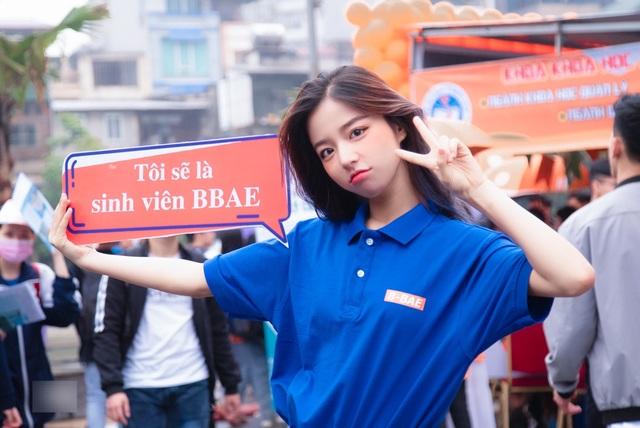 Hot girl ĐH Kinh tế quốc dân thành tâm điểm ở ngày hội tuyển sinh - 1