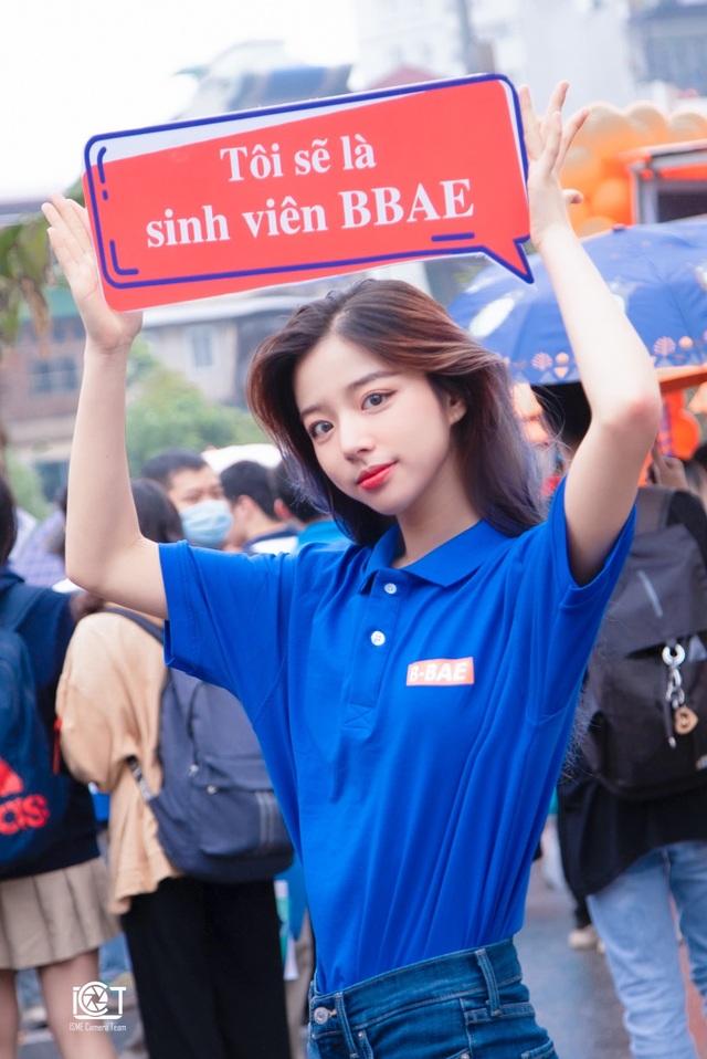 Hot girl ĐH Kinh tế quốc dân thành tâm điểm ở ngày hội tuyển sinh - 2
