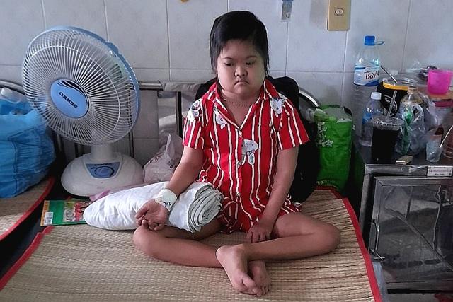 Người cha khắc khổ xin quỳ lạy để cứu con gái chịu thiệt thòi từ nhỏ - 5