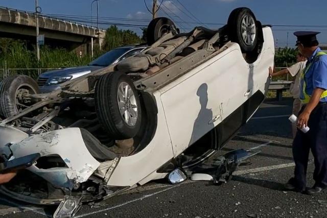 Xe khách hất ô tô 7 chỗ lật ngửa, chắn ngang cao tốc  - 2