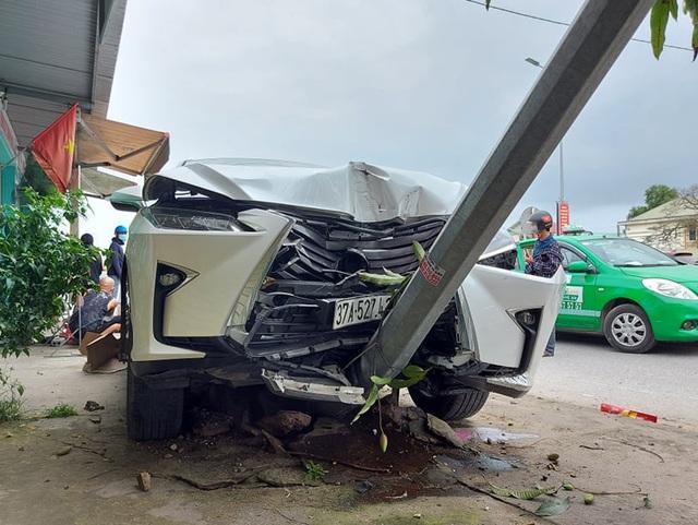 Lexus tông 2 xe máy, leo vỉa hè hạ gục cột đèn - 1