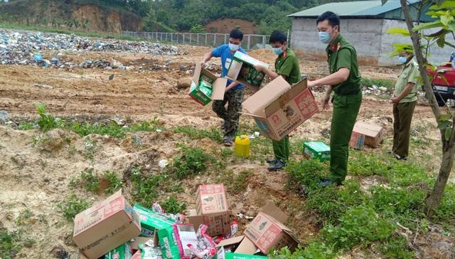 Tiêu hủy gần 3.000 gói chân gà không rõ nguồn gốc đang chuyển về Hà Nội - 1