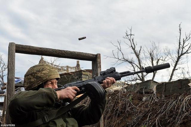 Binh sĩ Ukraine thiệt mạng do trúng đạn pháo giữa lúc căng thẳng leo thang - 1