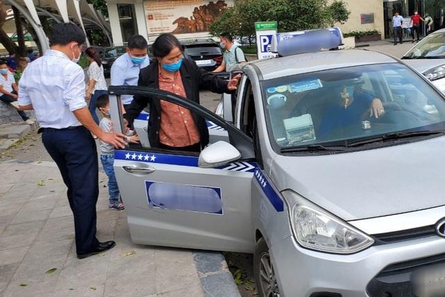 Covid-19 giảm, lái xe taxi ở Hà Nội ráo riết bảo dưỡng điều hòa chờ vụ hè - 1