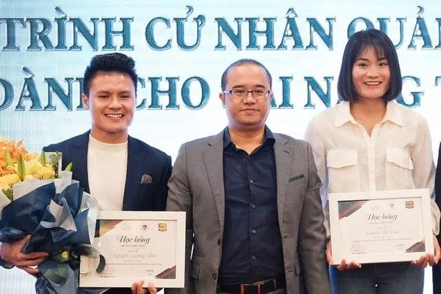 Cầu thủ Quang Hải nhận học bổng toàn phần tại trường đại học Kinh tế - 1