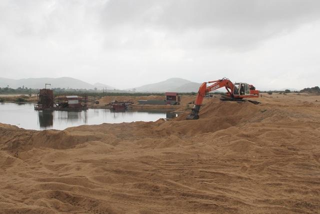 Vụ cát chảy ngược: Buộc tháo dỡ thiết bị không phép nặng hàng chục tấn - 2