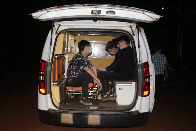 Tóm gọn 2 xe taxi chở nhóm người nước ngoài nhập cảnh trái phép - 1