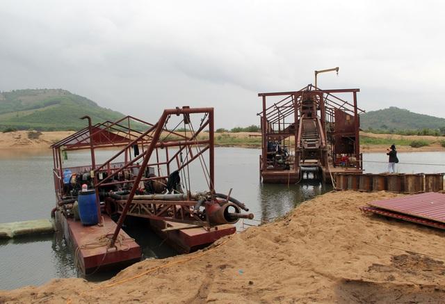 Vụ cát chảy ngược: Buộc tháo dỡ thiết bị không phép nặng hàng chục tấn - 3
