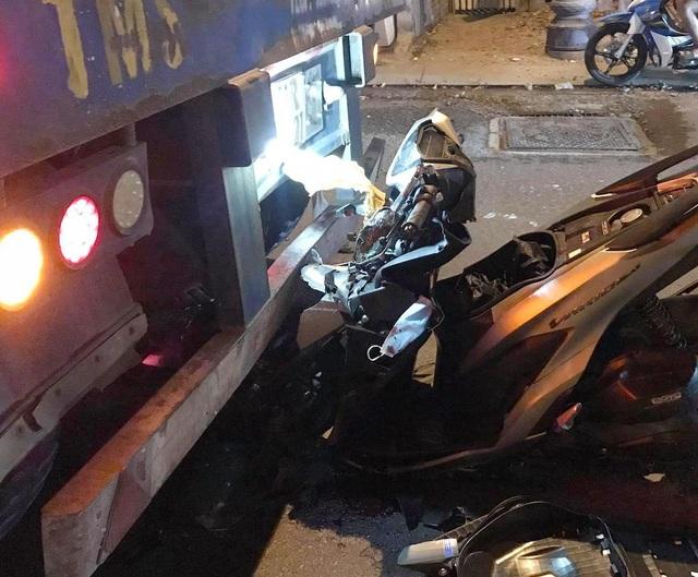 Xe máy gãy gập khi cắm thẳng vào đuôi xe container - 2