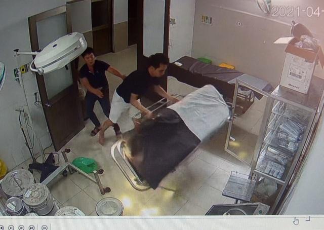 Vào bệnh viện cấp cứu, bệnh nhân đánh cả bác sĩ, phá thiết bị y tế - 1