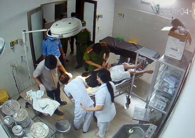Vào bệnh viện cấp cứu, bệnh nhân đánh cả bác sĩ, phá thiết bị y tế - 2
