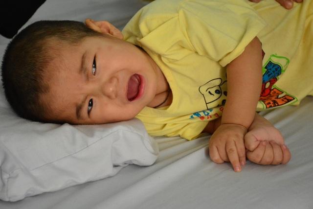 Tiếng khóc xé lòng của bé trai bại não trong gia đình tan máu - 1