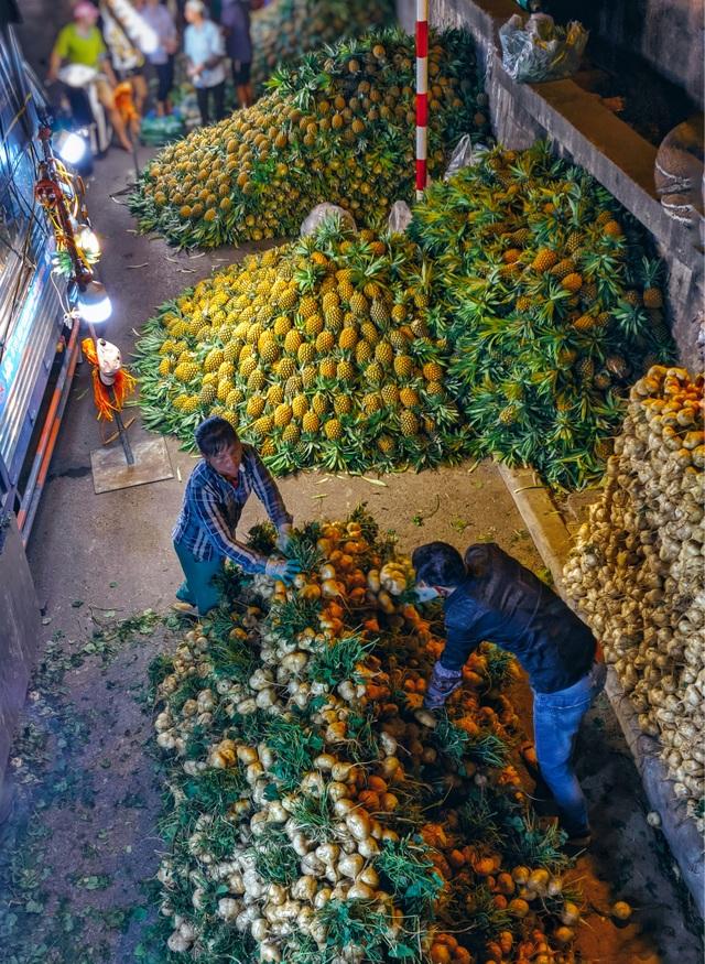Khoảnh khắc đẹp lãng mạn của chợ Long Biên khi đêm về - 2