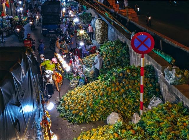 Khoảnh khắc đẹp lãng mạn của chợ Long Biên khi đêm về - 4