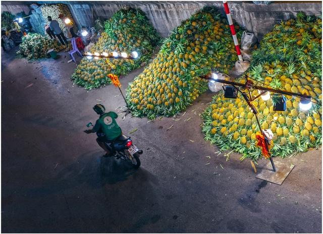 Khoảnh khắc đẹp lãng mạn của chợ Long Biên khi đêm về - 1