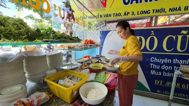 Quán bún riêu miễn phí ở Sài Gòn mời người nghèo đến ăn - 2