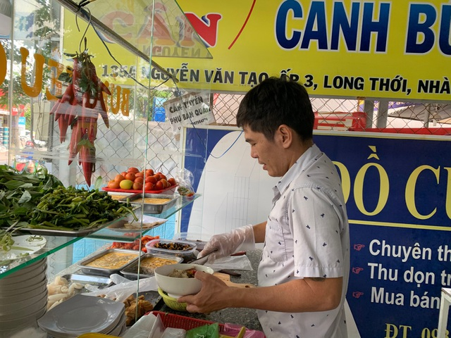 Quán bún riêu miễn phí ở Sài Gòn mời người nghèo đến ăn - 3