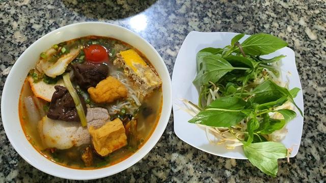 Quán bún riêu miễn phí ở Sài Gòn mời người nghèo đến ăn - 4