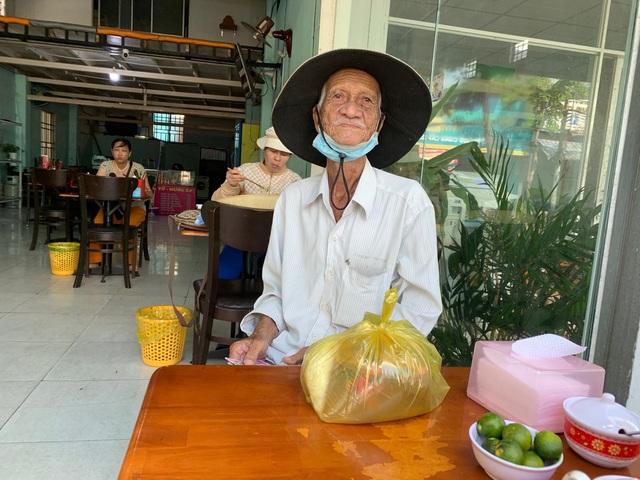 Quán bún riêu miễn phí ở Sài Gòn mời người nghèo đến ăn - 6