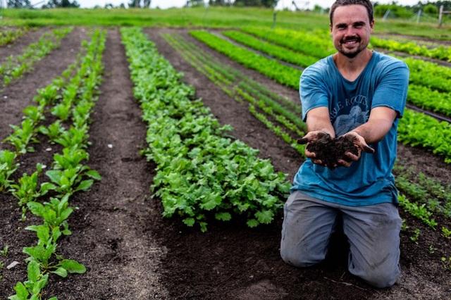 Ông bố 4 con về quê trồng rau, nuôi gà để giúp đỡ cộng đồng - 1
