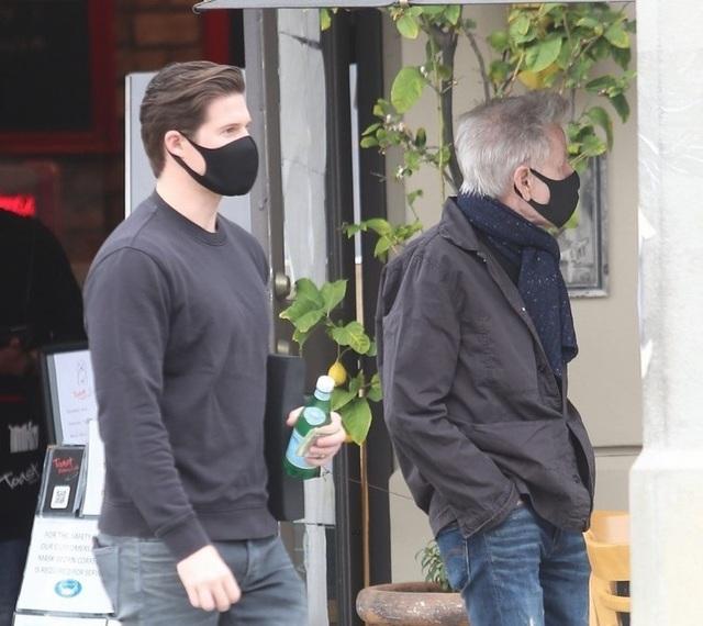 Nhà thiết kế Calvin Klein ra phố cùng bạn trai đồng giới kém 45 tuổi - 3