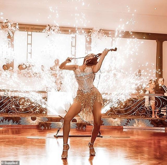 Nữ nghệ sĩ vĩ cầm nóng bỏng... đốt cháy sân khấu mỗi lần biểu diễn - 4