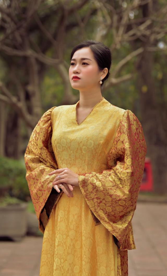 Lâm Vỹ Dạ tha thướt với áo dài tơ tằm của NTK Đức Hùng