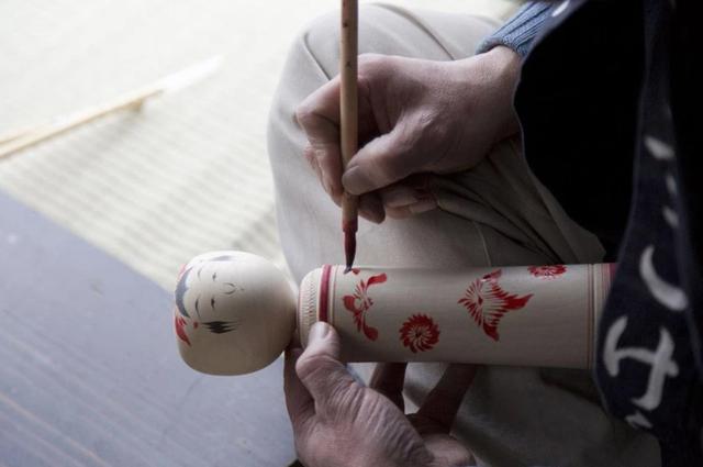 Thăm làng nghề truyền thống, tự vẽ búp bê gỗ Kokeshi - 5