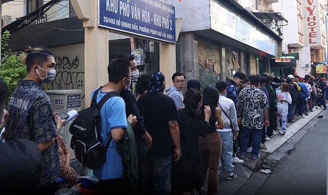 Thí sinh xếp hàng dài cả con phố để casting Rap Việt mùa 2 - 2