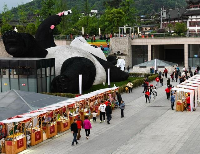 Tượng gấu trúc khổng lồ cầm điện thoại chụp ảnh gây sốt - 2