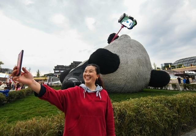 Tượng gấu trúc khổng lồ cầm điện thoại chụp ảnh gây sốt - 5