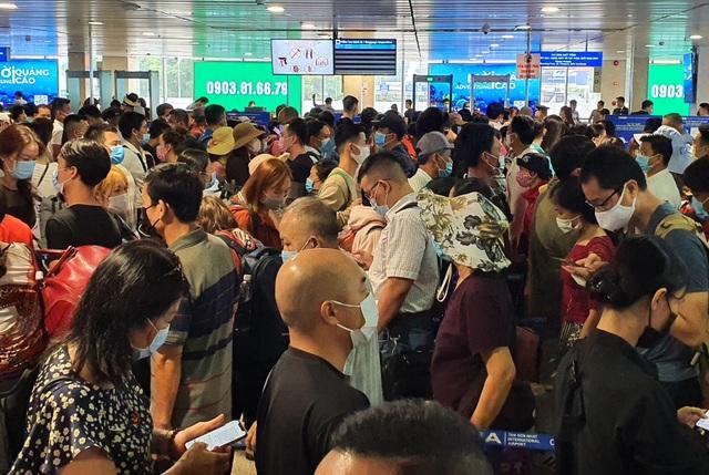 Hàng nghìn người vật vã chờ qua cửa an ninh ở sân bay Tân Sơn Nhất - 3