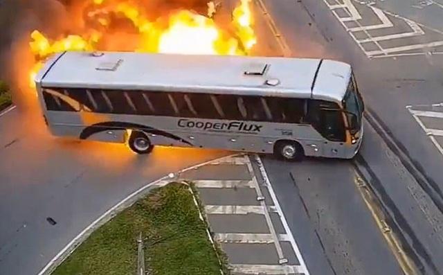 Xe buýt Brazil nổ như cầu lửa sau cú đâm liên hoàn với xe tải và taxi - 2