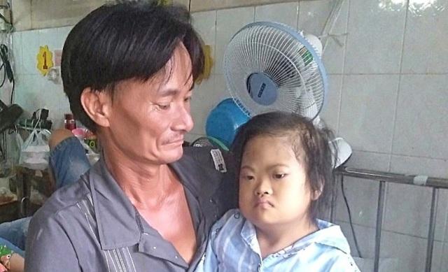 Người cha khắc khổ xin quỳ lạy để cứu con gái chịu thiệt thòi từ nhỏ - 4