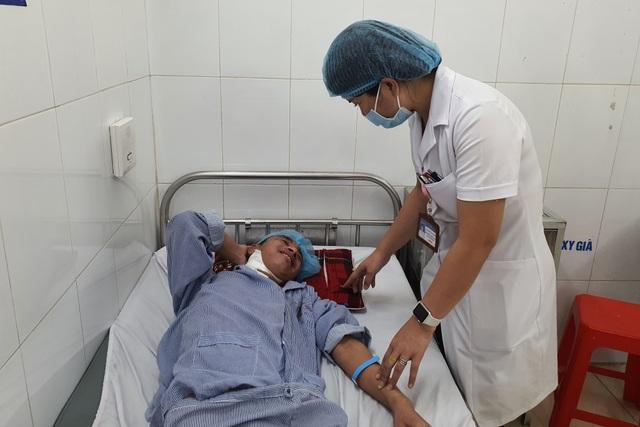 Thương người cha nghèo hơn 20 năm ôm con đến viện qua 13 lần phẫu thuật - 1