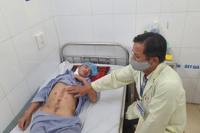 Thương người cha nghèo hơn 20 năm ôm con đến viện qua 13 lần phẫu thuật - 3