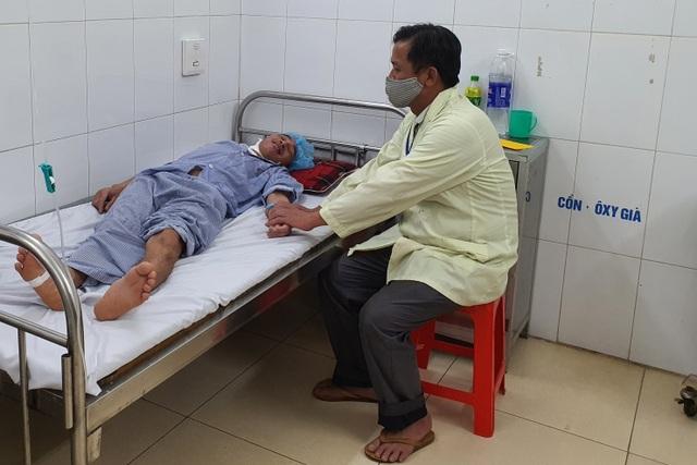 Thương người cha nghèo hơn 20 năm ôm con đến viện qua 13 lần phẫu thuật - 4