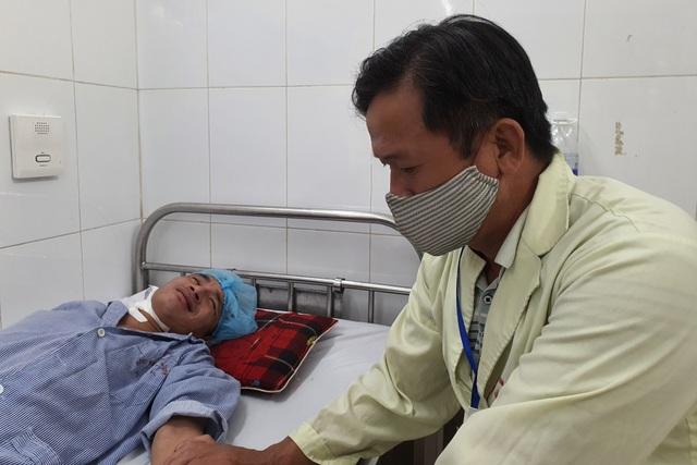 Thương người cha nghèo hơn 20 năm ôm con đến viện qua 13 lần phẫu thuật - 5