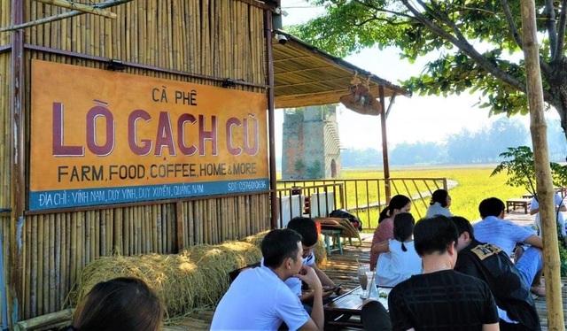 Độc đáo quán cà phê Lò gạch cũ nằm giữa cánh đồng lúa xanh ngát - 1