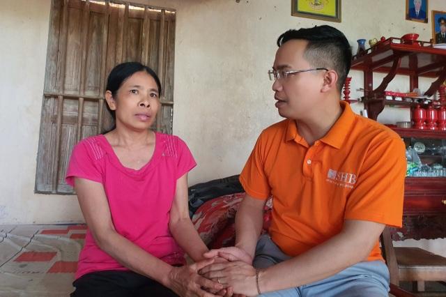Chàng trai chăm mẹ ung thư đón nhận 30 triệu đồng từ ngân hàng trao tặng - 3
