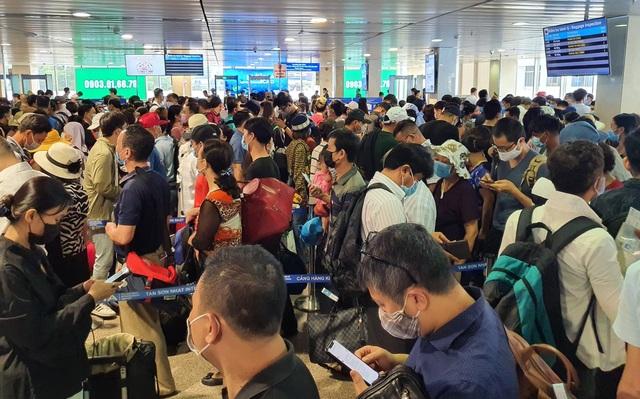 Hàng nghìn người vật vã chờ qua cửa an ninh ở sân bay Tân Sơn Nhất - 1