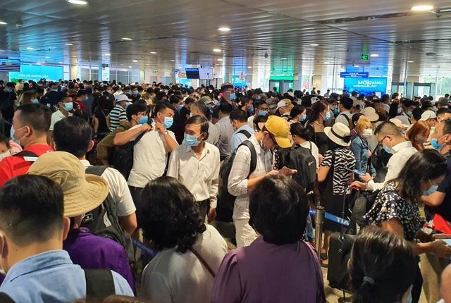 Hàng nghìn người vật vã chờ qua cửa an ninh ở sân bay Tân Sơn Nhất - 2