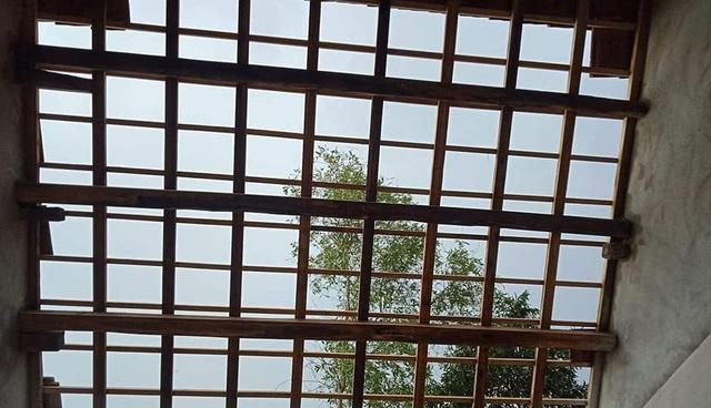 Vào lúc 16h chiều 15/4, trên địa bàn huyện Anh Sơn, Nghệ An đã xảy ra giông và lốc xoáy, gây ảnh hưởng nặng nề ở địa bàn 3 xã: Long Sơn, Cao Sơn và Lĩnh Sơn.