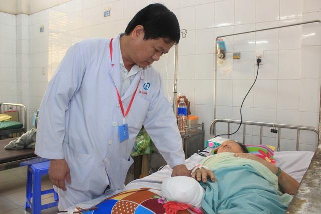 Người phụ nữ bị cắt cụt chân vì đắp lá lên vết thương - 1