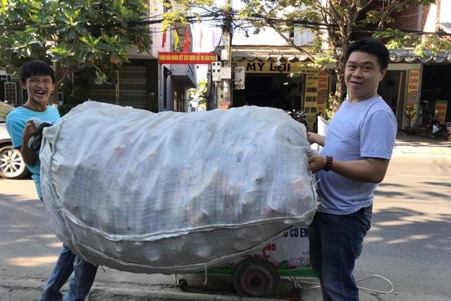 Chàng trai đạp xe nhặt rác, lấy ve chai làm từ thiện - 3