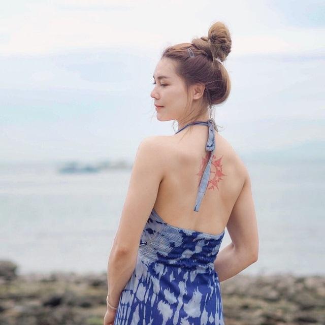 Nữ thần bóng chuyền Thái Lan khoe vẻ nóng bỏng trên bãi biển - 11